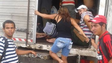 Transporte de funcionário em  caminhão baú
